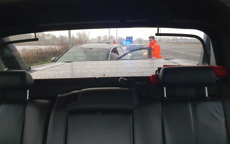 De heldhaftige bestuurder kon de wagen klemrijden samen met een andere bestuurder.