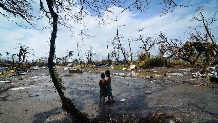 Twee jongetjes in Tacloban, de hoofdstad van de Filipijnse provincie Leyte op het eiland Leyte. Beeld getty