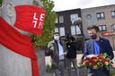 Joris Vandenbroucke legt bloemen neer bij het momnument van Jozef Chalmet terwijl Brent Meuleman een korte toespraak houdt.