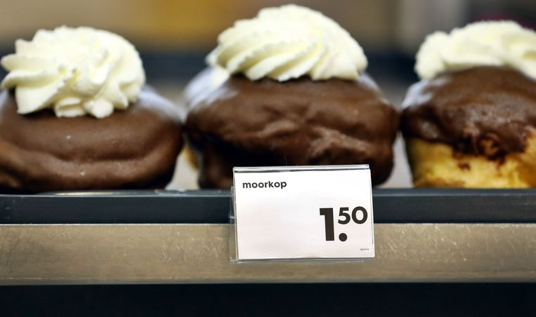 De Hema heeft de benaming moorkop in de ban gedaan. Het gebakje heet tegenwoordig chocoladebol. Beeld ANP