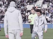 """VIDEO. Jeugdspelers met leukemie geven aftrap bij Beerschot: """"Ze kregen steun van beide supportersclans, dat doet deugd"""""""