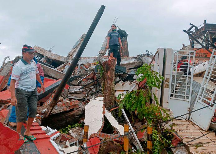 De aardbeving op Sulawesi zorgde voor veel schade. Er vielen zeker drie doden.