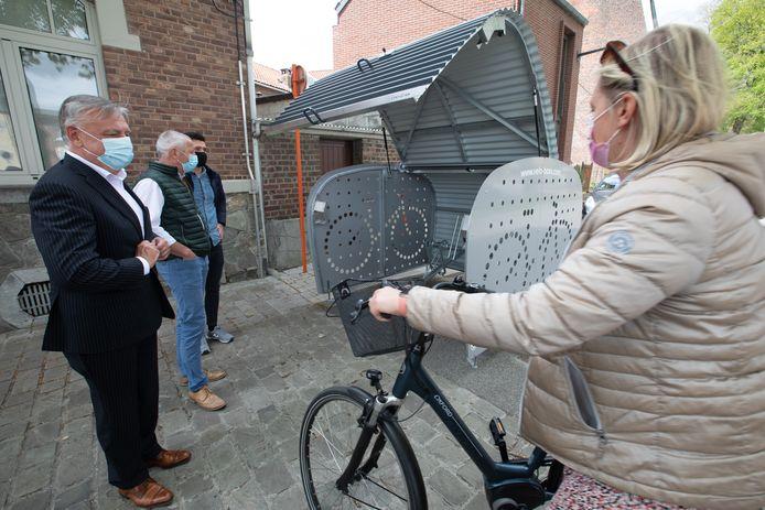 Burgemeester Patrick Dewael (Open Vld) en schepen van Mobiliteit Patrick Jans (Open Vld) aan de fietskluis.