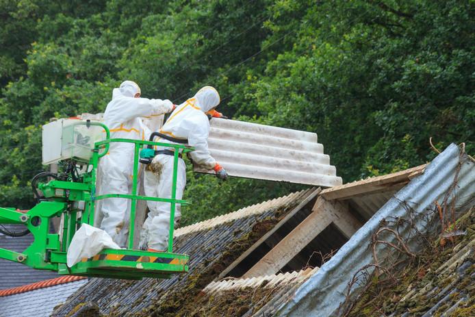 Asbestdaken moeten veilig worden verwijderd en dat kost veel geld. Daarom maakten vooral veel boerenbedrijven gebruik van een subsidieregeling.