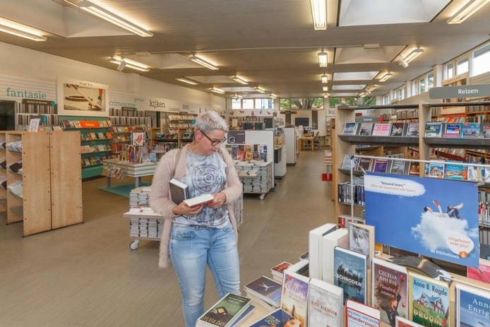 De verkoop van de bibliotheek in Hasselt gaat niet door. Bibliotheek Zwartewaterland heeft het pand uit de verkoop gehaald. Verkoop is duurder dan behoud, heeft het bestuur berekend. foto Pedro Sluiter