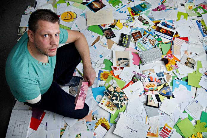 Motoragent Dennis tussen de duizenden kaarten die hij kreeg na zijn ongeluk.