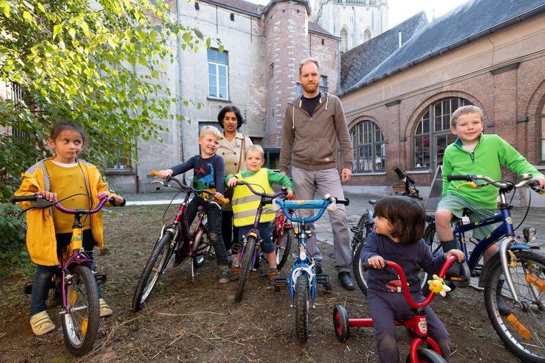Enkele jonge Lierenaars testen de deelfietsjes alvast eens uit.