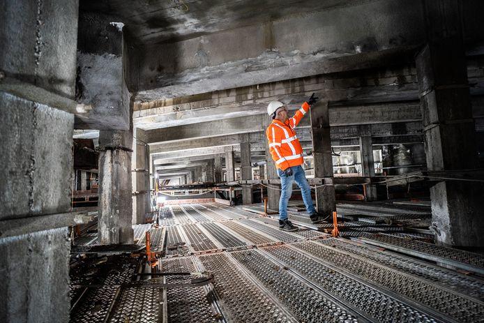 Uitvoerder Gor Luijkx van aannemersbedrijf Gebr. Van Kessel toont een van de plekken waar onderhoud nodig is aan het viaduct in de Apeldoornseweg inArnhem.