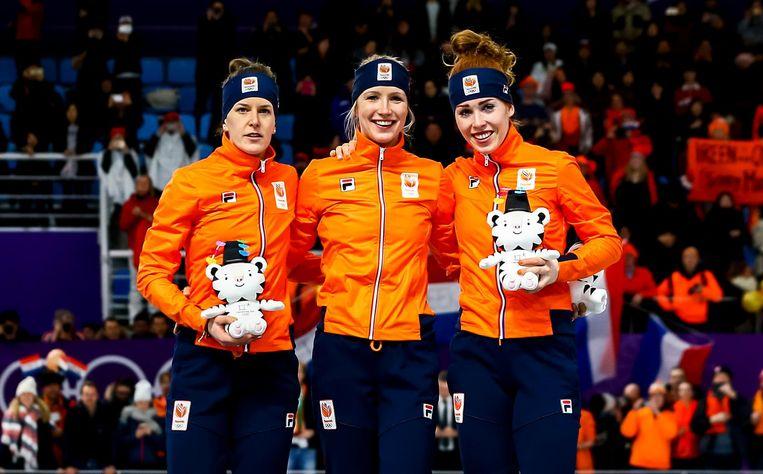 Ireen Wust, Carlijn Achtereekte en Antoinette de Jong op het podium na het winnen van de 3000 meter in de Gangneung Oval tijdens de Olympische Winterspelen van Pyeongchang. Beeld anp