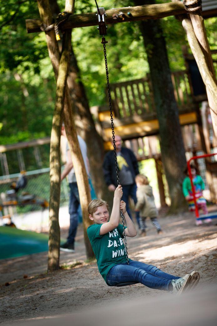 De kabelbaan is populair bij kinderen, de een met wat hulp, de ander roetsjt er zelf zo vanaf.