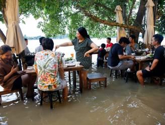 """Overstroomd restaurant in Thailand wordt hotspot: """"Klanten vinden het leuk om te eten in het water"""""""