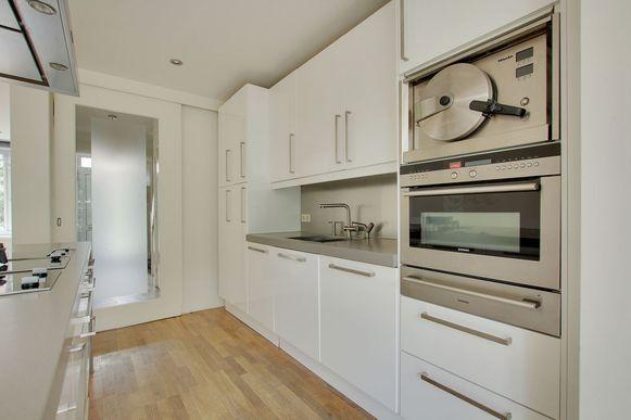 Het huis is vrij recent opgeknapt met onder meer een vrij nieuwe keuken. Toch kon de prijs van krap 1,5 miljoen euro rekenen op schamperende reacties.