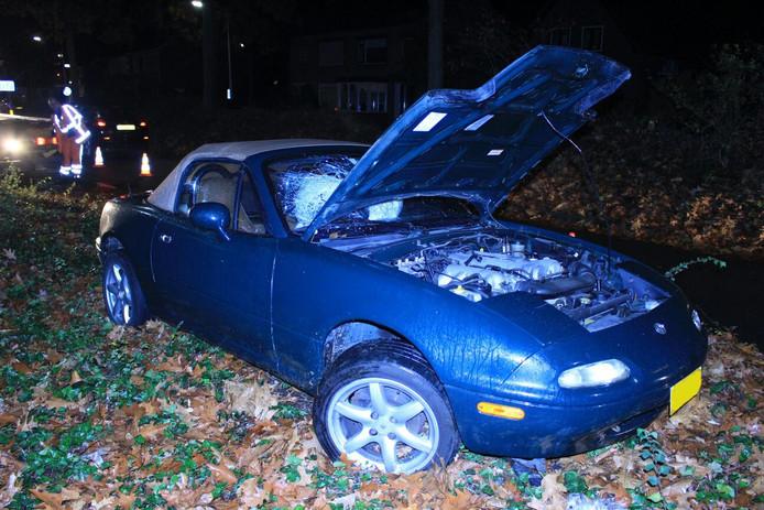 Een van de auto's die betrokken was bij het ongeval op de Weg door Jonkerbos.