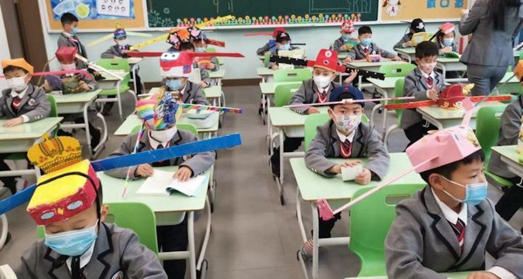 Chinese studenten dragen hoeden om afstand te houden