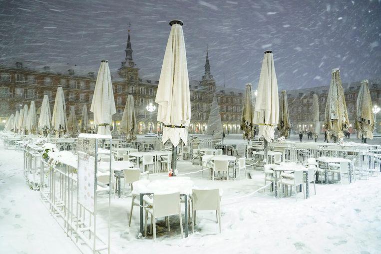 Een besneeuwd terras in de Spaanse hoofdstad. Beeld REUTERS