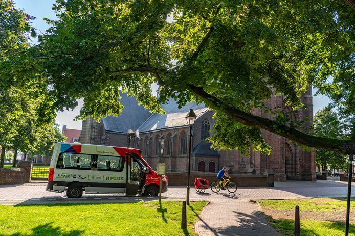 De Vrijthof in Hilvarenbeek is een kruispunt voor buurtbussen in verschillende richtingen.