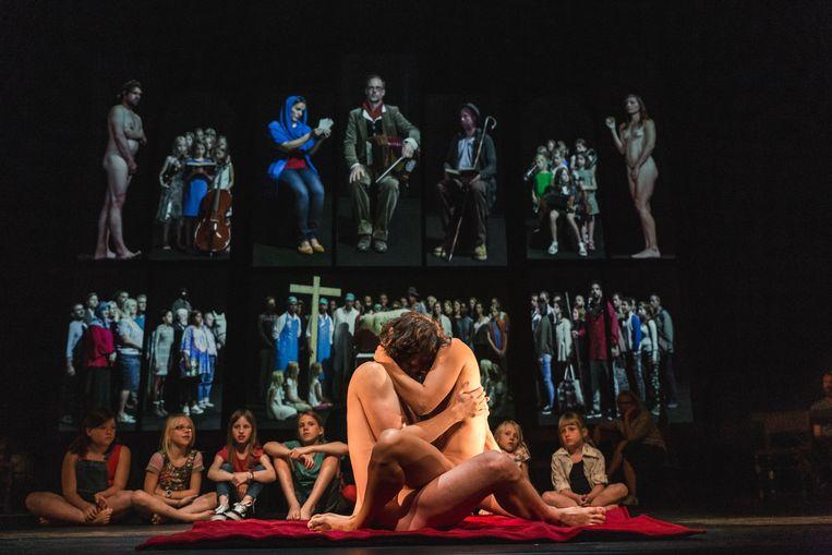 Dé scène uit 'Lam Gods' van NTGent: kinderen kijken naar vrijende Adam en Eva. Beeld Michiel Devijver