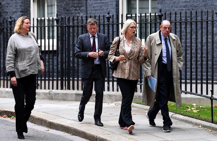 Parlementsleden van de Conservatieve partij verlaten Downing Street 10 na een onderhoud met premier Boris Johnson. Beeld EPA