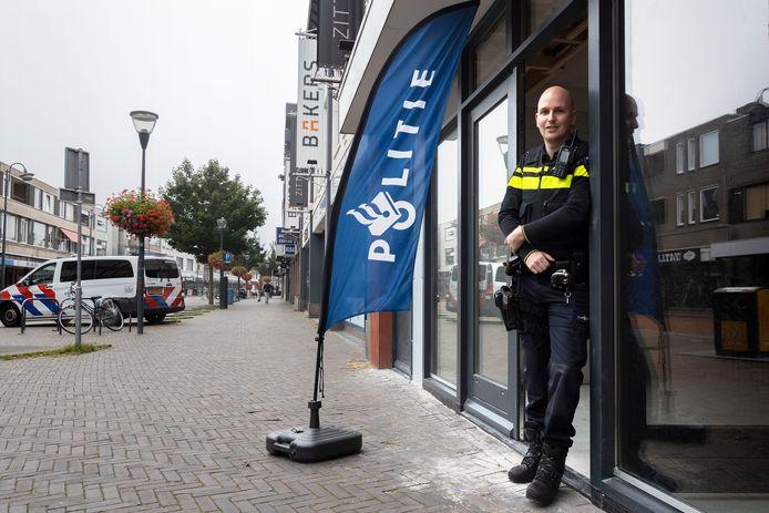 De politie heefy een werkplek in de Kruisstraat in Eindhoven zodat bewoners en ondernemers laagdrempelig aan kunnen kloppen als het nodig is.   Wijkagent *Jens Raijmakers* EEN OPDRACHT