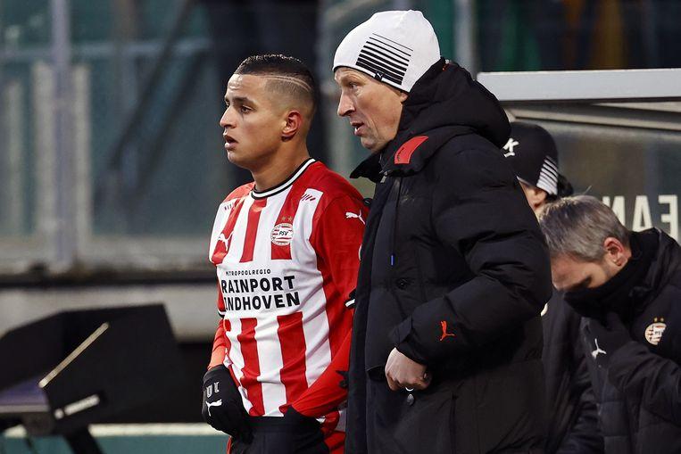 Mohamed Ihattaren krijgt voor zijn invalbeurt nog wat instructies van trainer Roger Schmidt. Beeld ANP