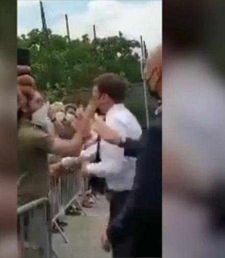 Franse president Macron geslagen tijdens bezoek aan Drôme, twee arrestaties