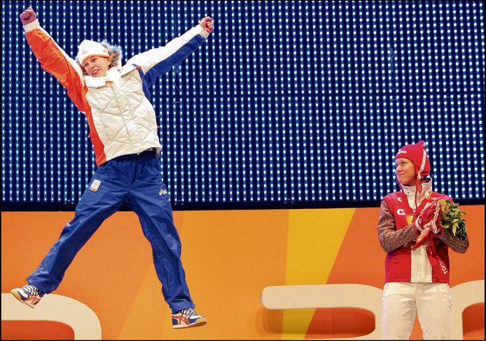 13-02-2006, Ireen Wüst springt op het podium als winnares van de gouden medaille op de 3000 meter tijdens de Olympische Winterspelen van Turijn.