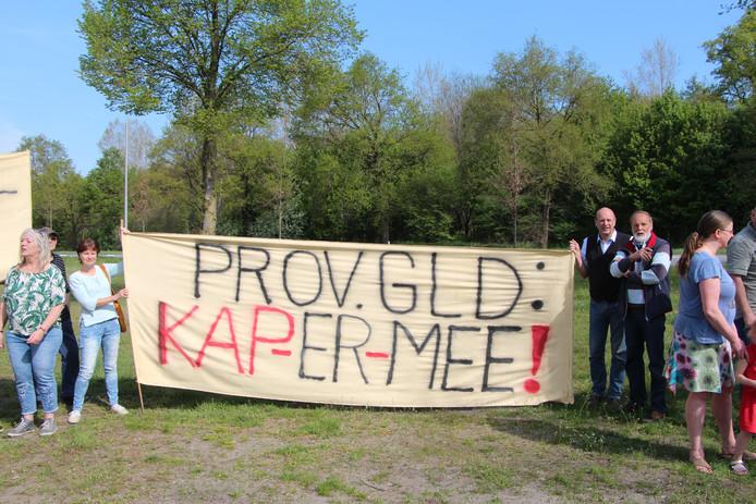Actievoerders met spandoek bij start actie voor steun voor burgerinitiatief om de bomen langs de N319 te sparen.