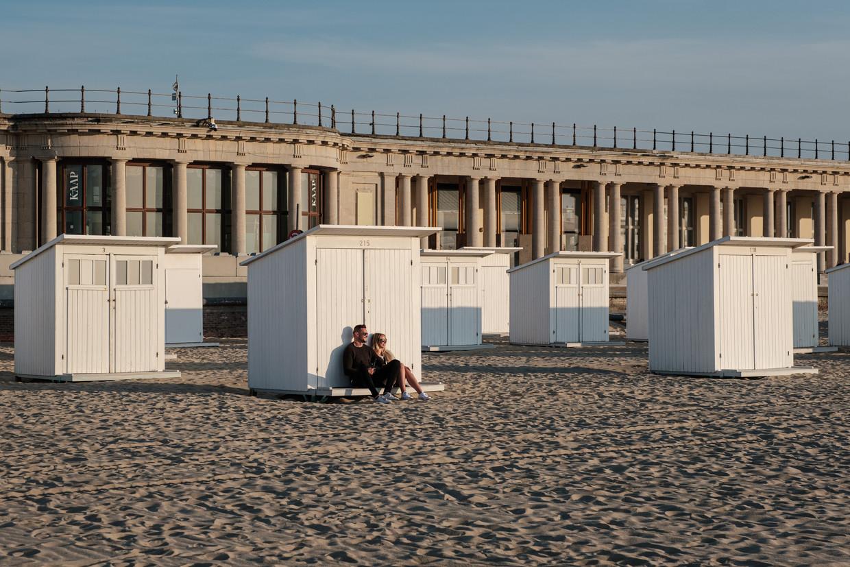 Aan het strand van Oostende, op een lentedag in coronatijd. Nu is alles er rustig, over enkele weken staan allicht tienduizenden te dringen voor een plekje.  Beeld Wouter Van Vooren