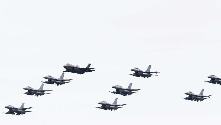 De Joint Strike Fighter, de nieuwe straaljager van Nederland, hier tussen F16-s in boven Leeuwarden. Beeld ANP