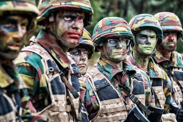 Joachim Pohlmann (midden) en Jonathan Holslag in opleiding voor reservist in het Belgisch leger. Beeld Tim Dirven