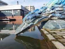 IJsvogel in Almelo kan toch niet zo goed tegen ijs; snavel van beeld breekt af door vorst