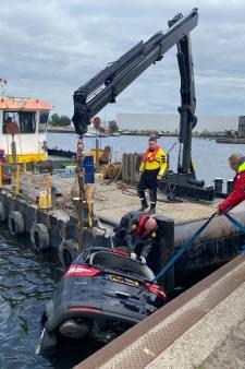Heldendaad in haven Harderwijk: auto neemt duik, mannen op werkboot grijpen slim in