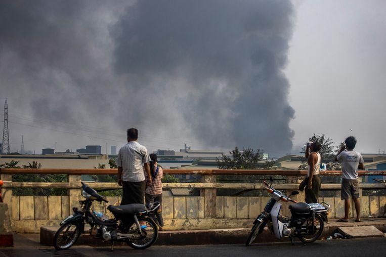 Rookwolken boven Hlaingthaya bij Yangon.  Beeld AP