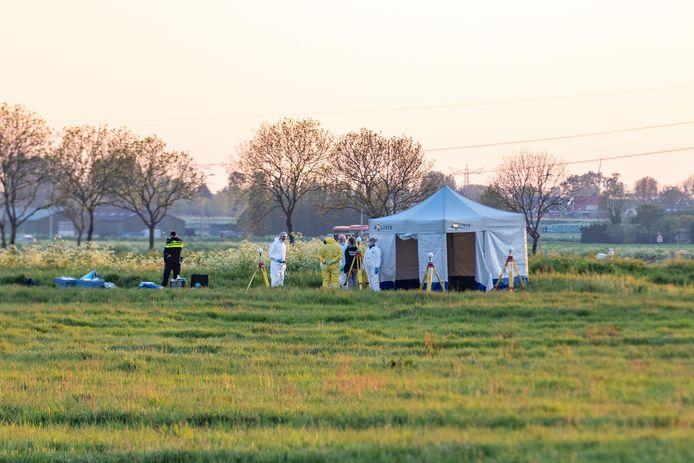 De politie doet onderzoek na de klopjacht op gewapende overvallers.