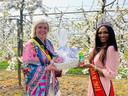 Schepen Hilde Vautmans (Open Vld) ontving Kedist Deltour met open armen én een coronaproof geschenkmand en drankje van PIPO Appelsappen.