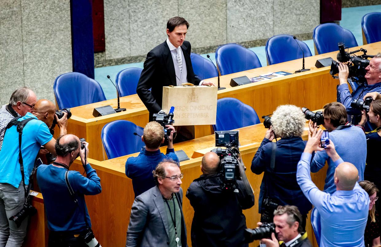 Wopke Hoekstra presenteerde vanmiddag het koffertje in de Tweede Kamer, met daarin de miljoennota.