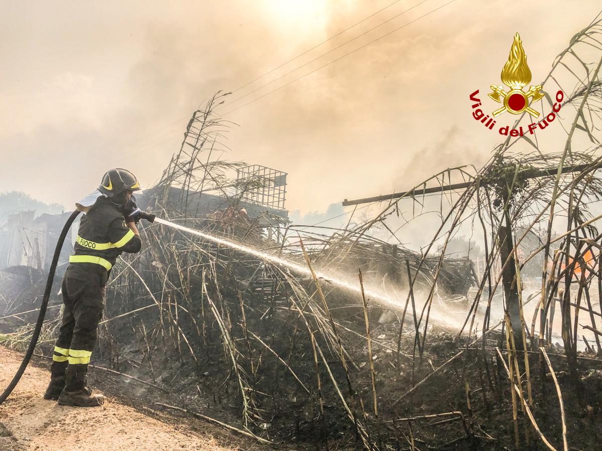 Een blussende brandweerman bij Santu Lussurgiu.