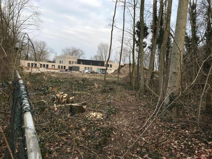 Hier moet het pad naar de nieuwe Brede School Oost komen.