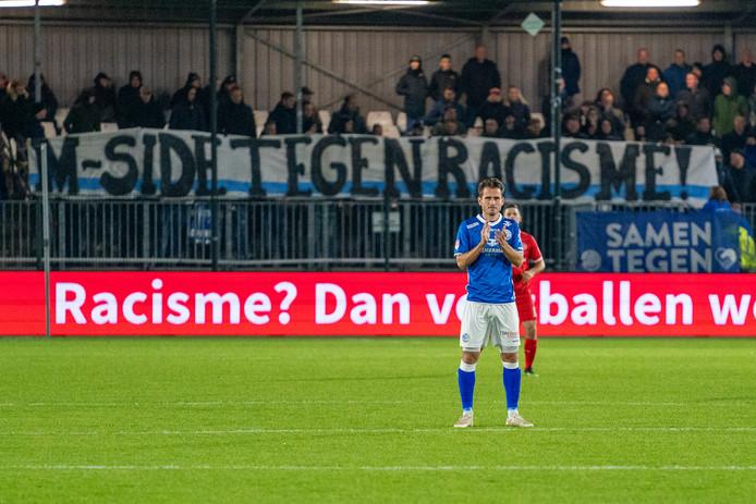 Supporters van FC Den Bosch in actie tegen racisme.