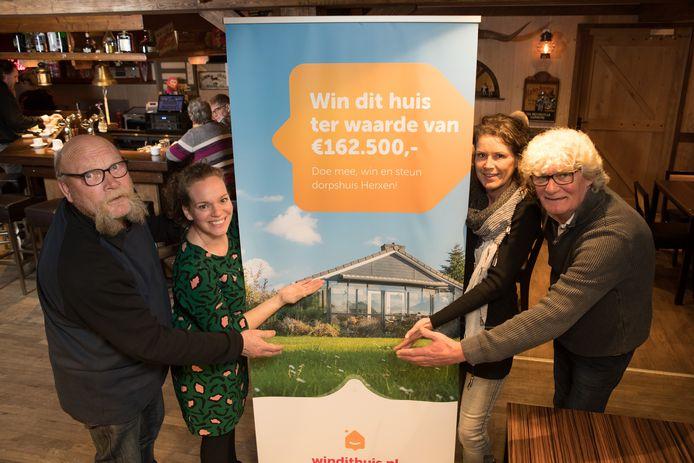 Het bestuur van de Stichting Dorpshuis Herxen (vlnr Age Braad, Stephanie Lamerichs Byanka Marsman en Fred Dalhuisen)  is trots op de hoofdprijs van de loterij.