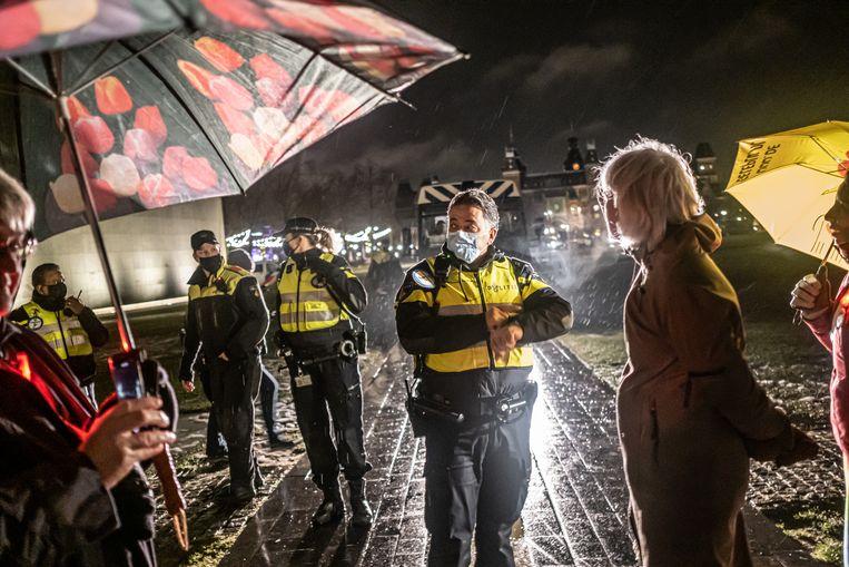 Mensen op het Museumplein, vlak nadat de avondklok weer was ingesteld door het gerechtshof op verzoek van de staat. Beeld Joris van Gennip