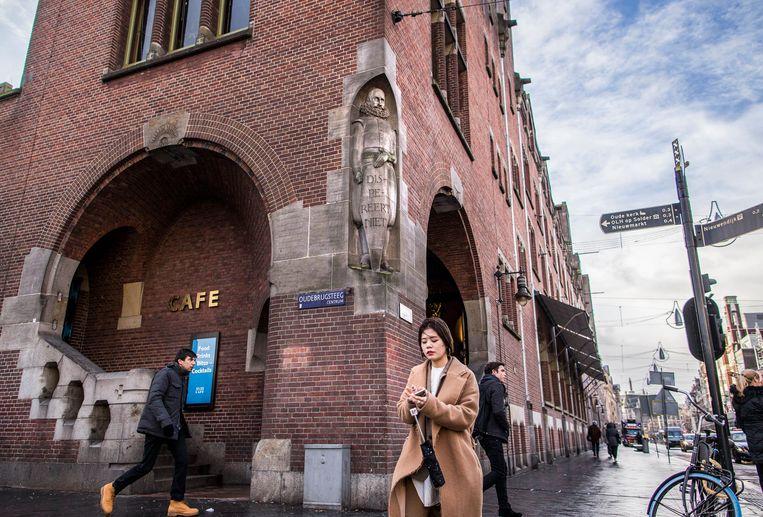 Standbeeld van zeeheld en omstreden koloniaal Jan Pieterszoon Coen op de hoek van de Beurs van Berlage. Beeld Rink Hof (111305)