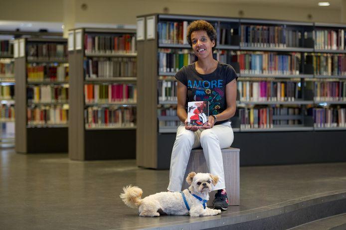 Shelly Roso met haar hondje Bobby in de Human Library.