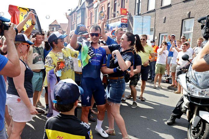 De fans feliciteren Yves Lampaert met zijn overwinning.