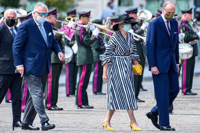 De prins draagt ook bij de plechtigheid in Brussel zijn mondmasker niet op de juiste manier.