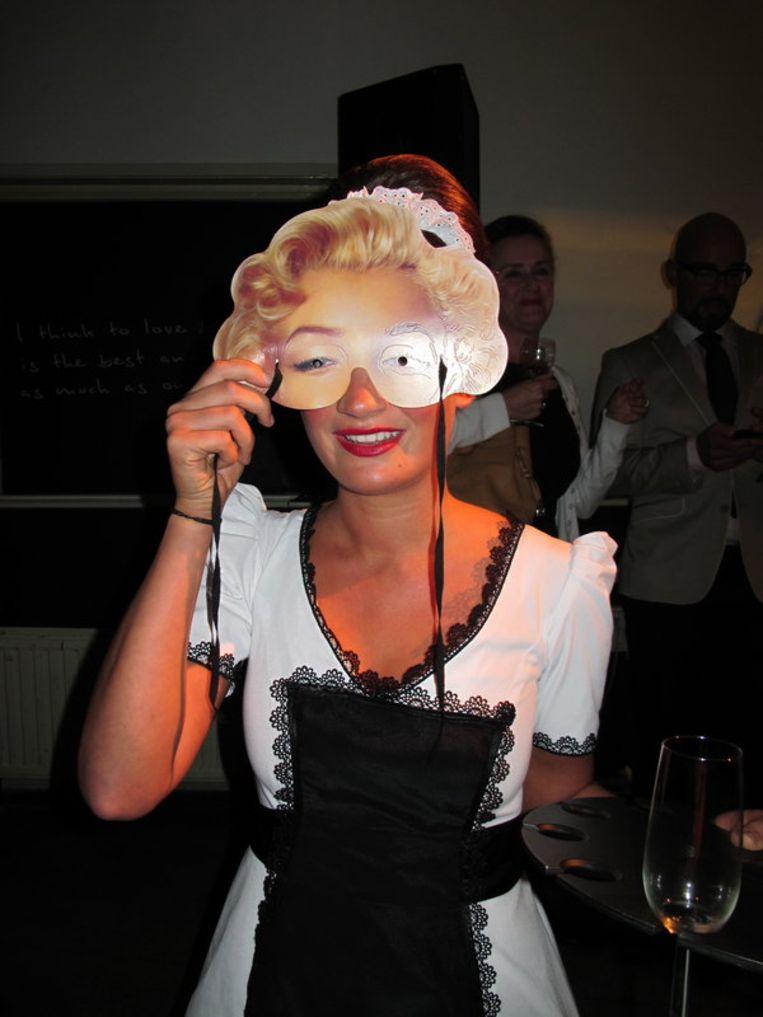 Marilyn serveert. Beeld