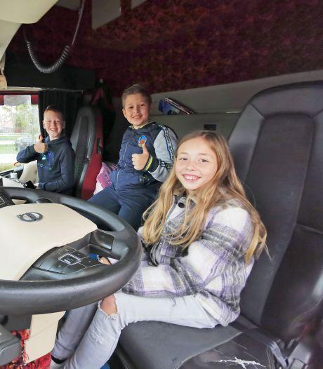 Kinderen van Breskens leren hoe de dode hoek van een vrachtwagen werkt