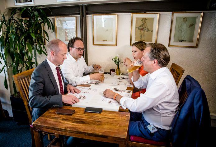 Gert-Jan Segers (Christenunie), Wouter Koolmees (D66), Carola Schouten (Christenunie) en Alexander Pechtold (D66) overleggen in restaurant Garoeda.