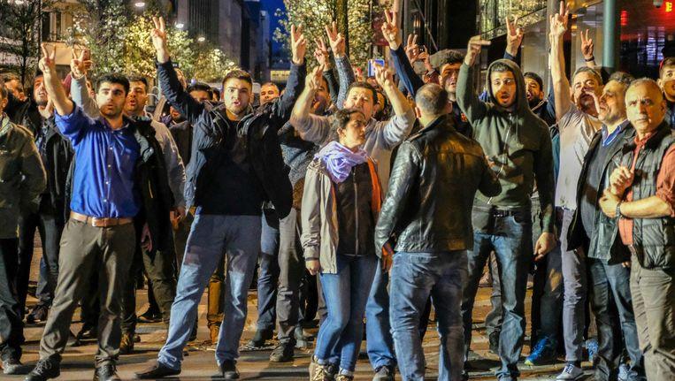 Voor- en tegenstanders van Erdogan verzamelden donderdag voor de Turkse ambassade in Brussel.
