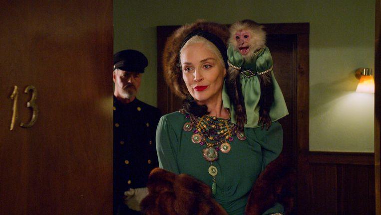 Sharon Stone als Lenore Osgood, met haar aapje als beste vriend. Beeld COURTESY OF NETFLIX